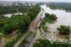 Căng đèn canh đoạn đê lún sâu cả mét ở Hà Nội