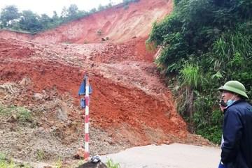 Hàng chục nghìn khối đất đá sạt lở chặn quốc lộ ở Thanh Hóa