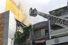 Tầng cao quán karaoke ở TP.HCM cháy nghi ngút, nhiều người tháo chạy