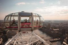 Du khách thích thú tập Yoga ở độ cao 135 mét ngắm toàn cảnh London