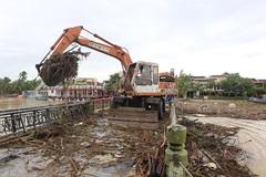 Tất bật dọn rác, bùn lầy bủa vây phố cổ Hội An sau ngập lụt