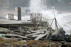 Sóng lớn đánh vỡ vụn bờ kè tạm ở bãi biển Cửa Lò