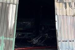 Cháy lớn kho chứa hải sản ngoại ô TPHCM, bốn xe bị thiêu rụi