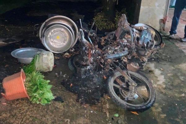 Giận vợ, người đàn ông say rượu châm lửa đốt 3 chiếc xe