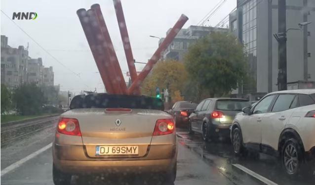 """Xe mui trần chở vật liệu cồng kềnh """"lướt"""" dưới mưa gây chú ý"""
