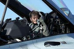 Tổng thống Hàn Quốc ngồi chiến cơ nội địa, quảng bá năng lực quốc phòng