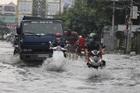 Người Sài Gòn lội nước sâu nửa mét sau cơn mưa tầm tã