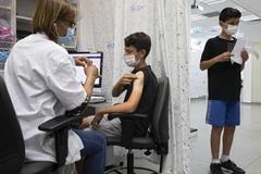 Mỹ lên kế hoạch tiêm cho trẻ 5-11 tuổi, Singapore gia hạn giãn cách xã hội