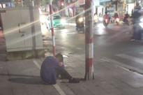 Xôn xao nam thanh niên bị người yêu 'đá' đúng ngày 20/10, vừa khóc vừa hút thuốc hơn 2 tiếng ngoài đường