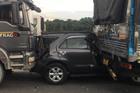 Ô tô 7 chỗ kẹt cứng giữa hai xe tải, cửa ngõ vào TP.HCM tê liệt