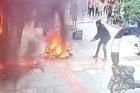 Mặc nguy hiểm, người đàn ông kéo chiếc xe cháy rừng rực khỏi quán ăn