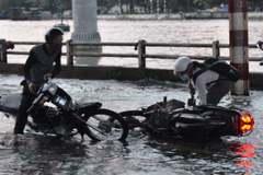 Người dân TP.HCM ngã sõng soài trên đường ngập do triều cường vượt báo động