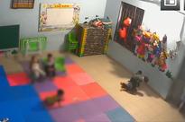 Clip: Bé gái gần 2 tuổi bị bạn học đánh, đạp dã man suốt 4 phút ngay trong lớp học của trường mầm non