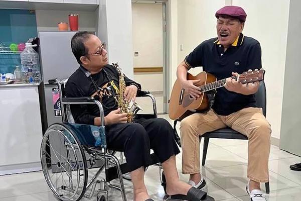 Trần Tiến vào viện thăm, ngẫu hứng đàn và hát cùng Trần Mạnh Tuấn
