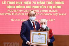 Chủ tịch nước trao Huy hiệu 75 năm tuổi Đảng cho nguyên Phó Chủ tịch nước Nguyễn Thị Bình