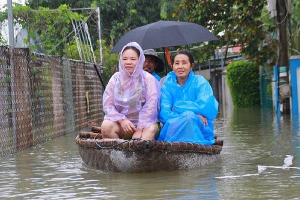 Sạt lở đường sắt Bắc-Nam, nhiều khu phố ở Quảng Nam ngập sâu hơn 1m