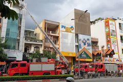 16 người mắc kẹt trong đám cháy nhà trọ 5 tầng ở TP.HCM