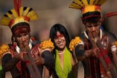 Đám ma 'đầy màu sắc' của tù trưởng bộ lạc ở Amazon qua đời vì Covid-19