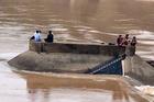 Tàu chở cán bộ Sở GTVT Quảng Trị lật trên sông, một người mất tích