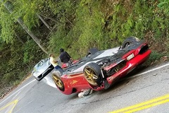 """Đâm vào vách núi, Ferrari """"phơi bụng"""" bên đường"""
