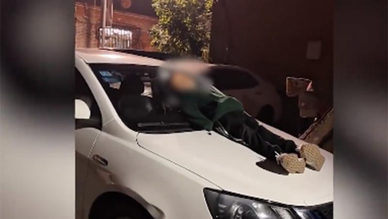 Bố mẹ ly hôn, cậu bé 9 tuổi không ai nuôi, đêm ngủ trên nóc ô tô