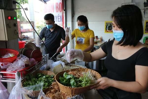 Người Sài Gòn sảng khoái ăn hủ tiếu, nhâm nhi cà phê ngày đầu bán tại chỗ